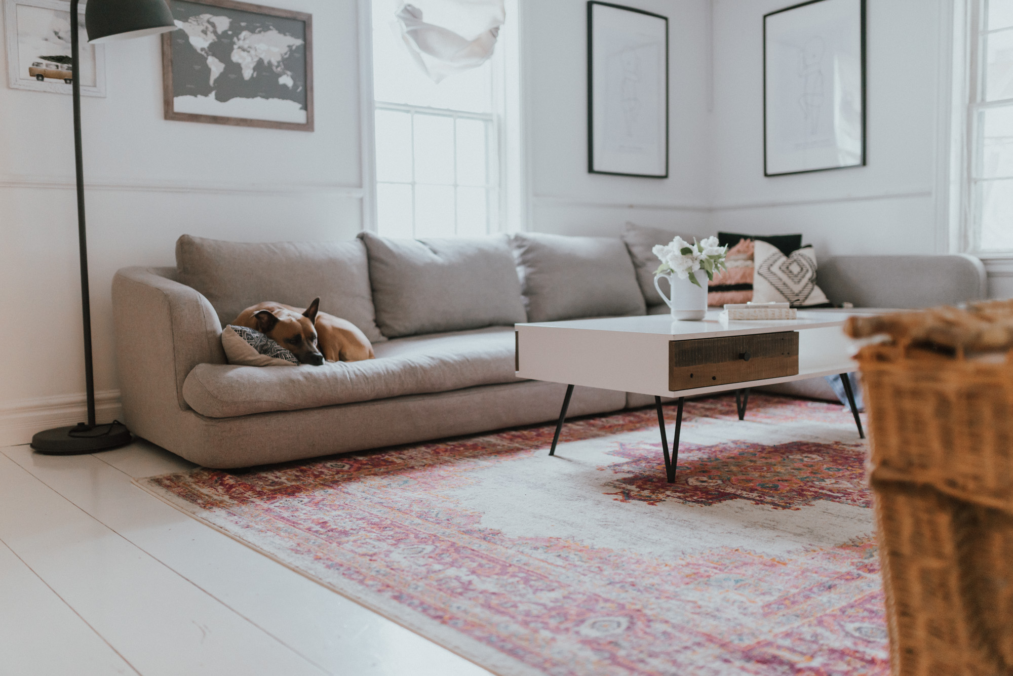 The Wild Decoelis | 5 Ways To Add Summer Vibes To Your Living Room | White Coffee table, grey sectional couch, pink rug