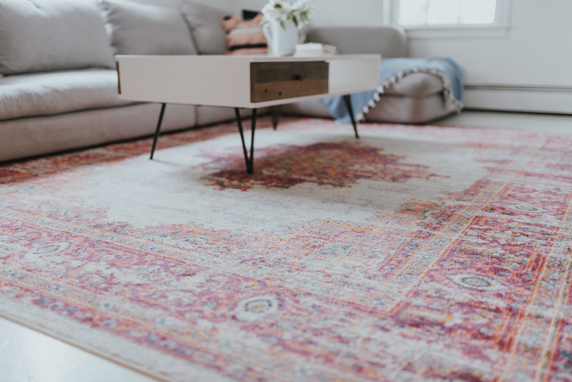 The Wild Decoelis | 5 Ways To Add Summer Vibes To Your Living Room | pink rug from wayfair