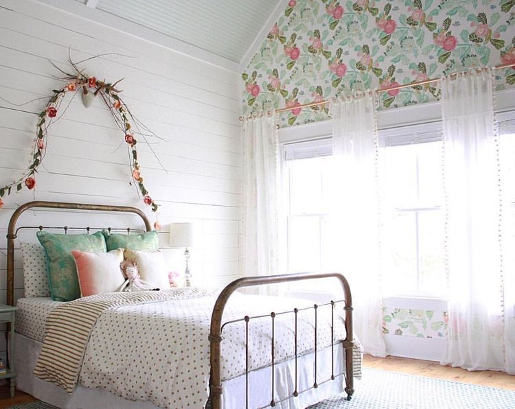 The Wild Decoelis | New House Inspo: Poppy's Room | floral wallpaper accent wall
