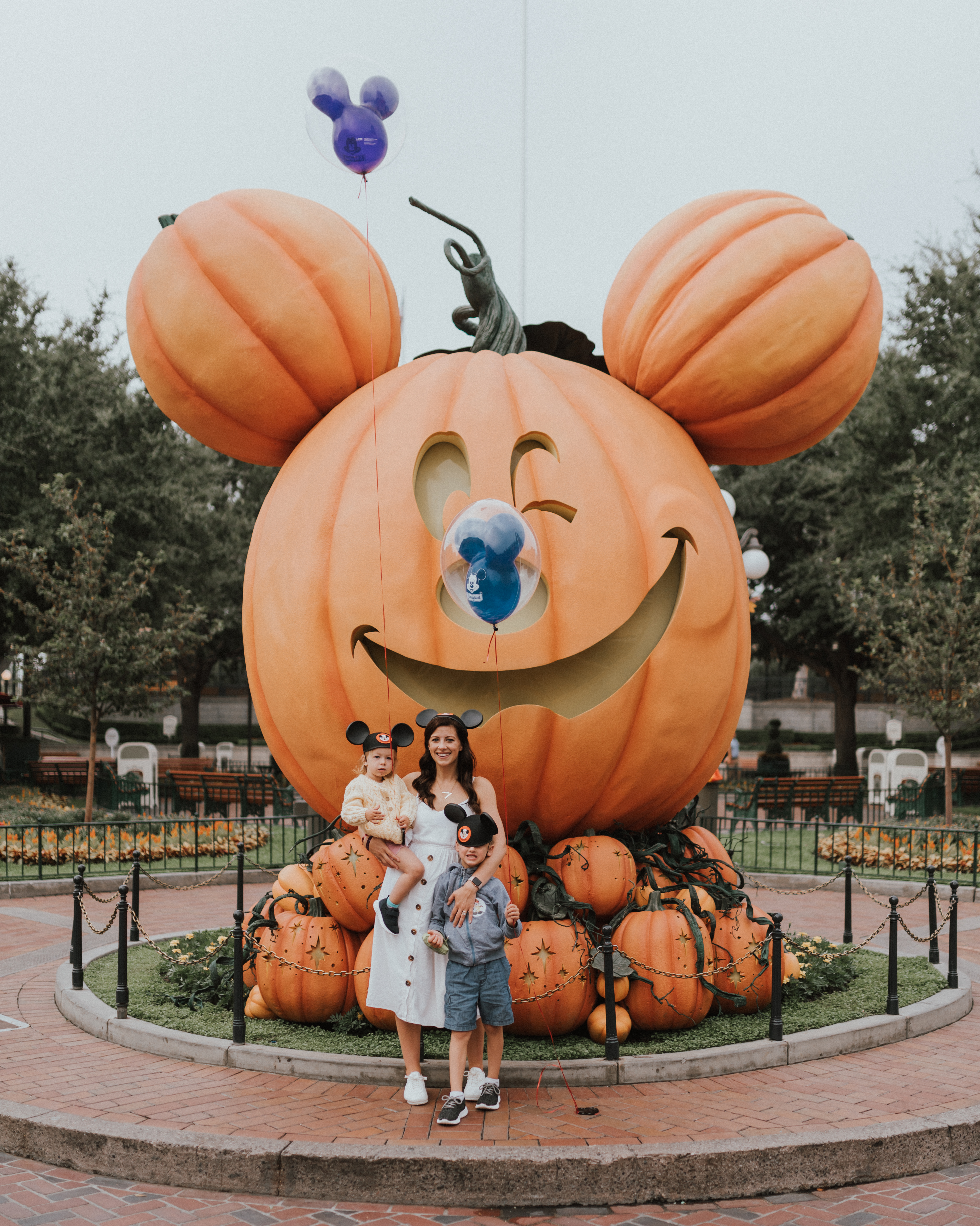 10 Things To know When Travelling To DisneyLand with Young Kids | Mickey mouse pumpkin