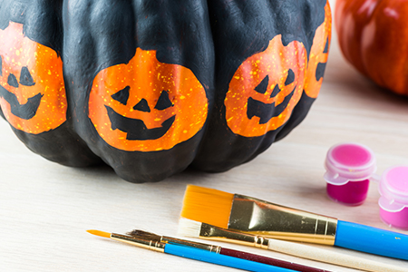 THe Wild Decoelis | 10 budget friendly halloween decorations | pumpkin painting