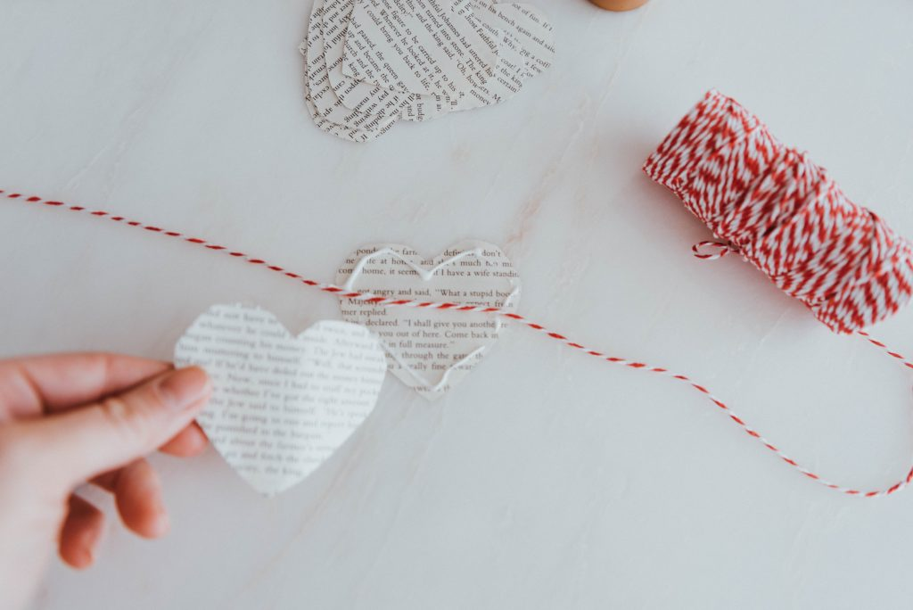 The Wild Decoelis | simple diy hearts valentines garland with book pages