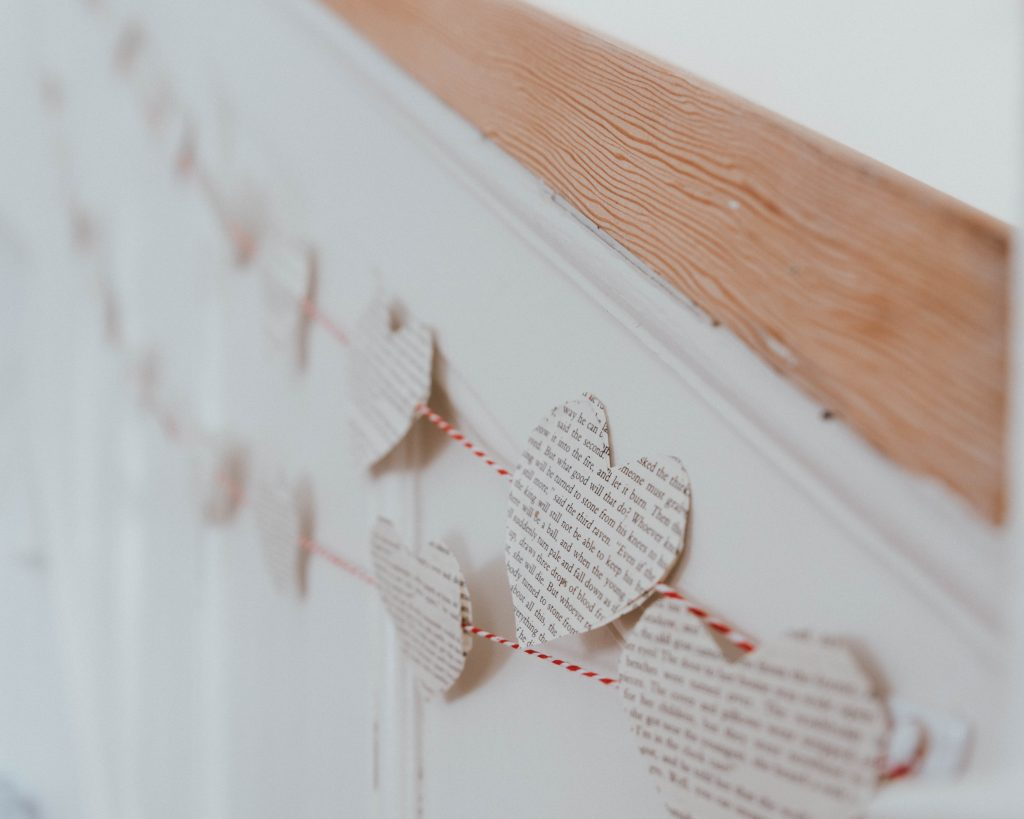 The Wild Decoelis | quick and easy valentines garland